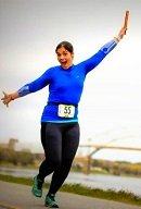 Femme heureuse à faire de la course à pied