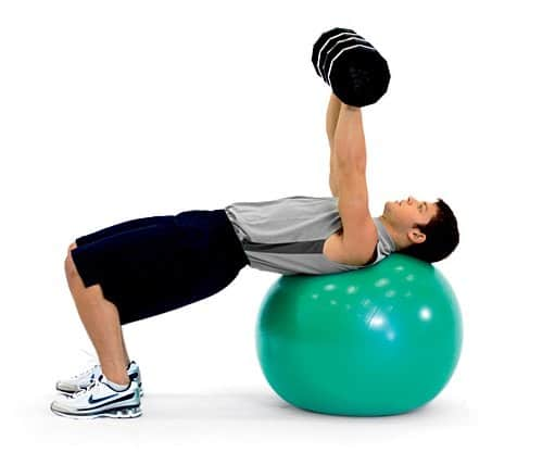 Exercices pour muscler les pectoraux avec ballon de gym - Pectoraux developpe couche ...