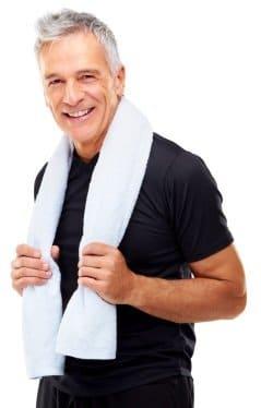 homme sportif avec serviette autour du cou