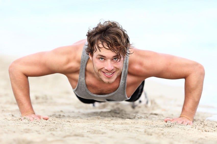 Homme faisant du sport sur la plage